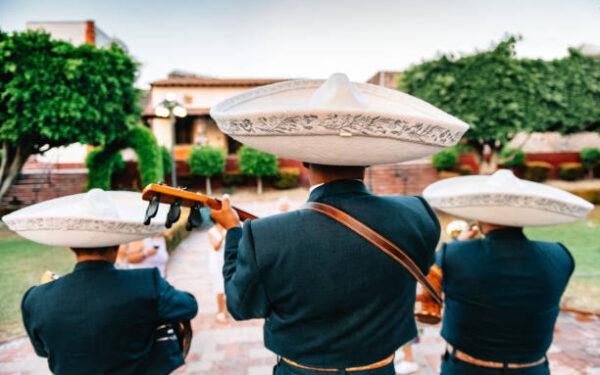 """""""¡Ay, ay, ay, ay, ay! Canta y no llores…"""" La música tradicional que representa a México: El mariachi."""